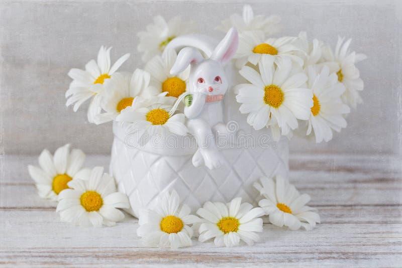Margaritas blancas en un florero hermoso fotos de archivo