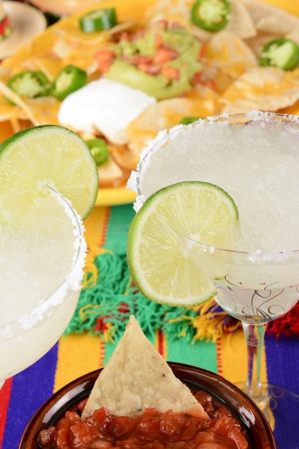 Margarite ed alimento messicano su una tovaglia variopinta, con nac fotografia stock libera da diritti