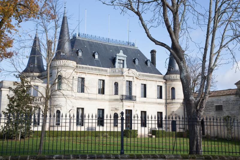 Margaux Bordeaux Frankrike - December 12 2018 - ChateauPalmer berömd vinodling av Bordeaux vin royaltyfria bilder