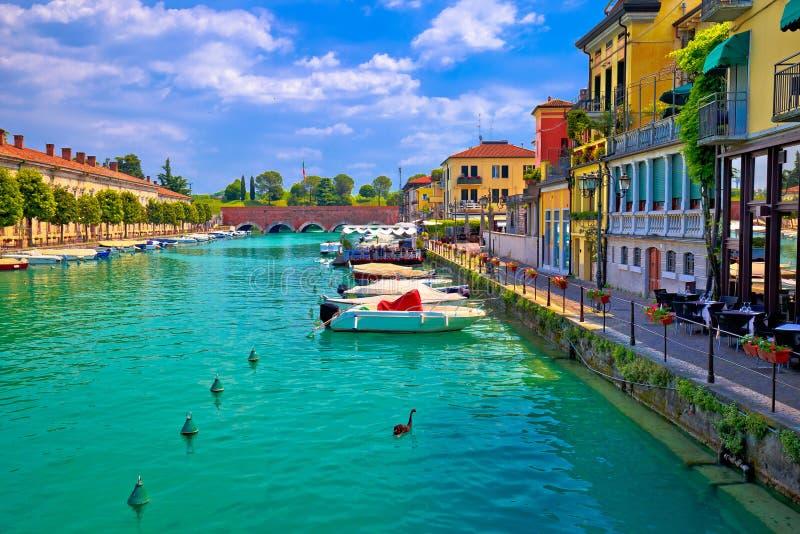 Margem colorida de Peschiera del Garda e arquitetura italiana fotografia de stock