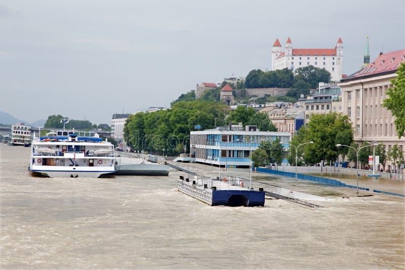 Margem de Bratislava - de Danúbio na cidade na inundação alta imagem de stock royalty free
