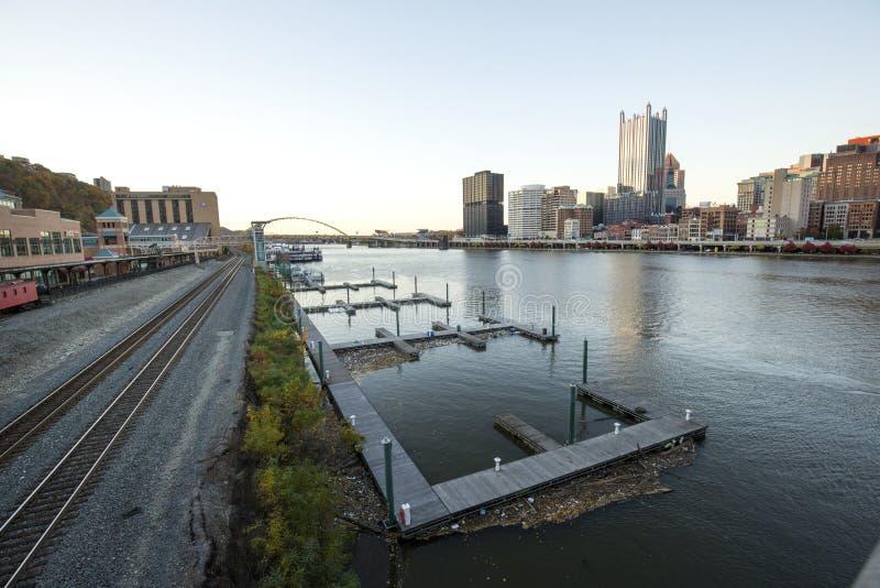 Margem de Pittsburgh ao longo do rio de Monongahela no início da noite imagem de stock