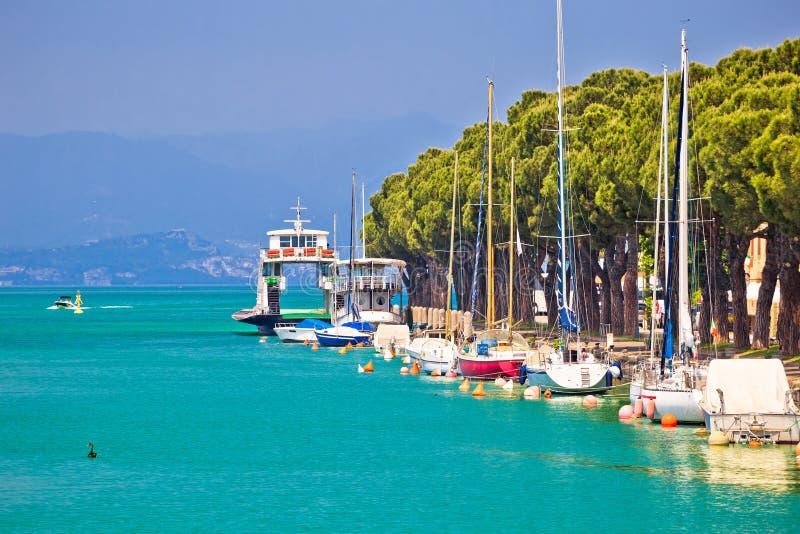 Margem de turquesa de Lago di garda na opinião de Peschiera foto de stock