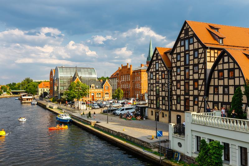 A margem no rio Brda com os celeiro famosos em Bydgoszcz, Polônia imagem de stock royalty free