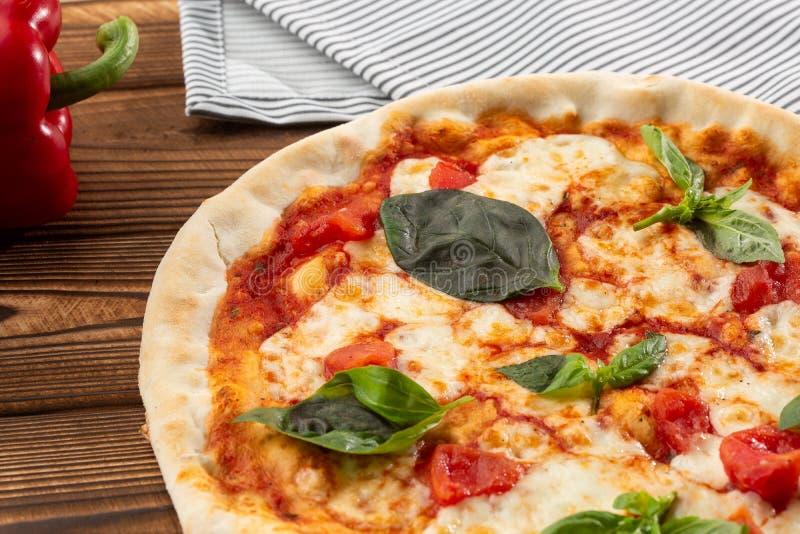 Margherita della pizza su fondo di legno, vista superiore Margarita della pizza con alto vicino dei pomodori, del basilico e dell fotografia stock libera da diritti