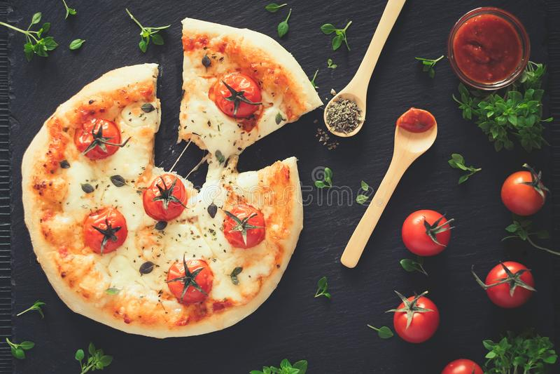 Margherita naar huis gemaakte pizza Hoogste mening over donkere lijst stock afbeelding