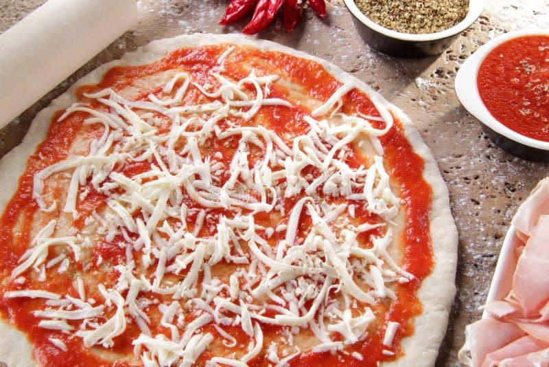 margheritawhit mozzarelli pizzy przygotowanie obraz royalty free