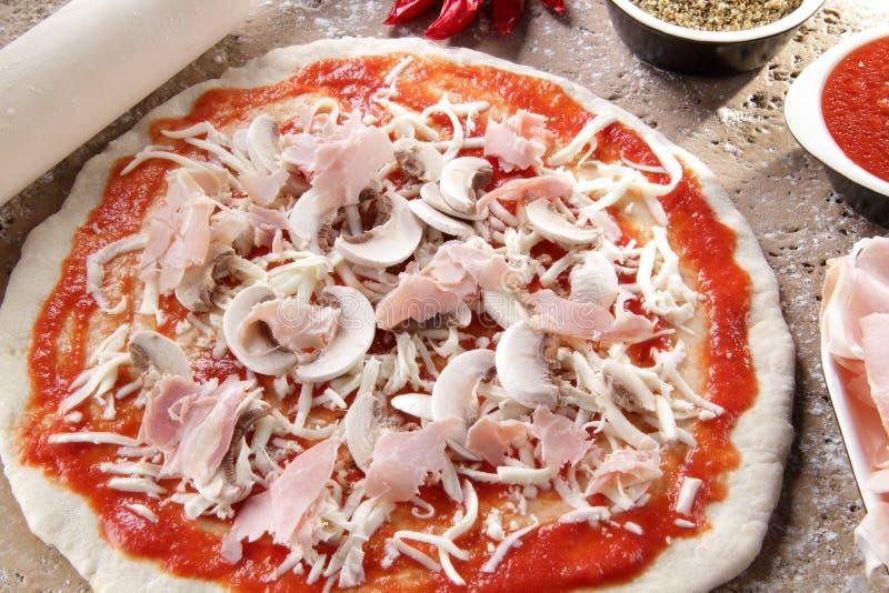 margheritawhit mozzarelli pizzy przygotowanie obraz stock
