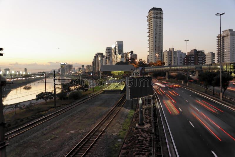 Marginal en Sao Paulo de Night fotos de archivo