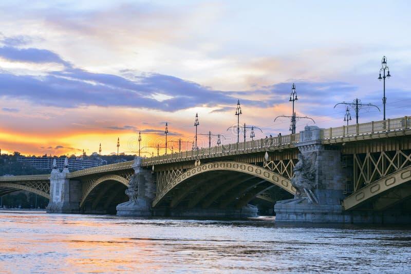 Margit verborg over Donau bij de zonsondergang. Boedapest stock foto