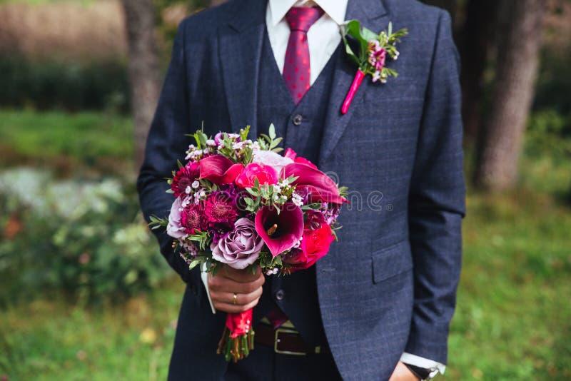 Marié élégant dans le costume et le noeud papillon avec le bouquet photos libres de droits