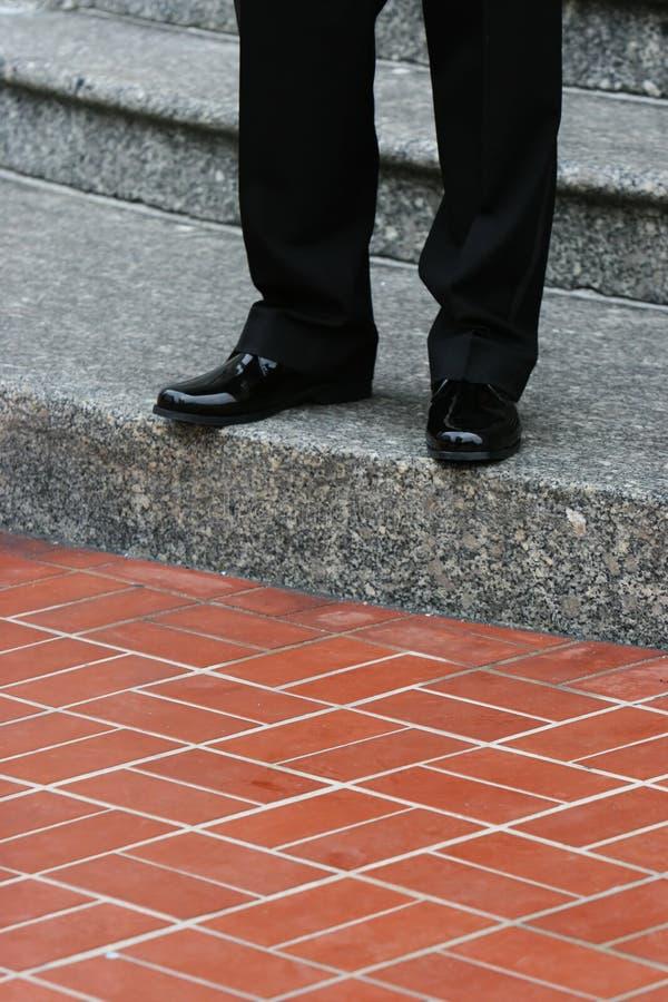 Marié attendant sur les escaliers photos stock