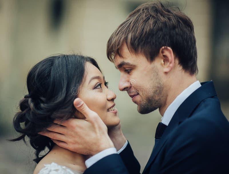 Marié avec la jeune mariée posant dans le jour du mariage photo libre de droits
