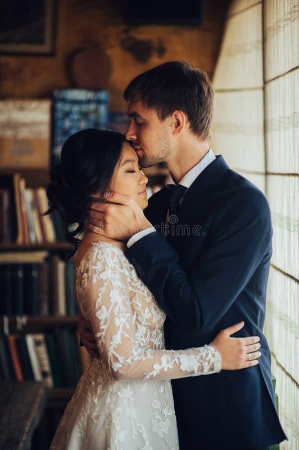 Marié avec la jeune mariée posant dans le jour du mariage photo stock