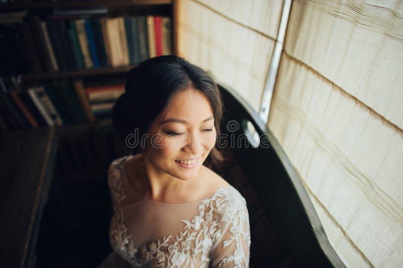 Marié avec la jeune mariée posant dans le jour du mariage images libres de droits