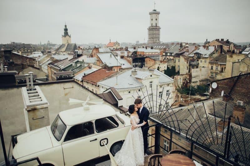 Marié avec la pose de jeune mariée extérieure dans le jour du mariage photos libres de droits