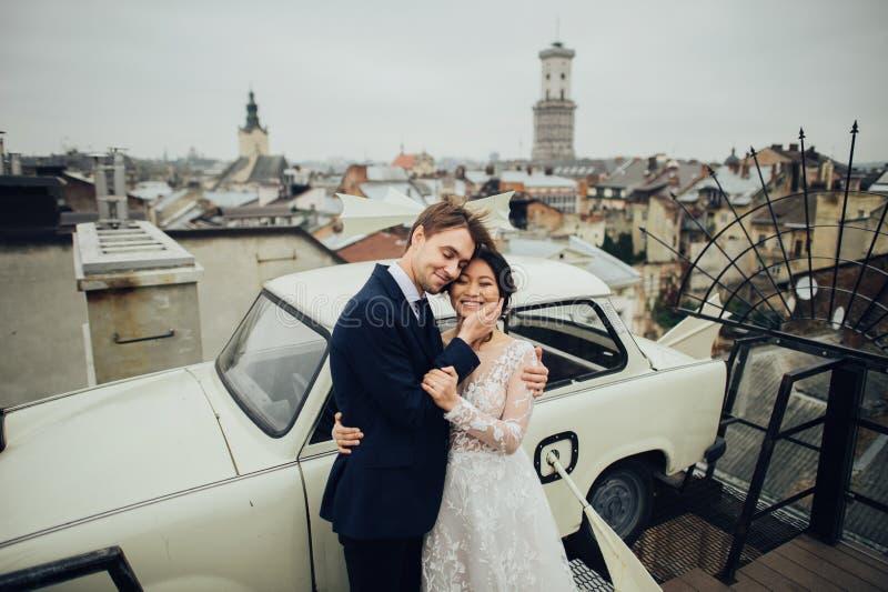 Marié avec la pose de jeune mariée extérieure dans le jour du mariage images libres de droits