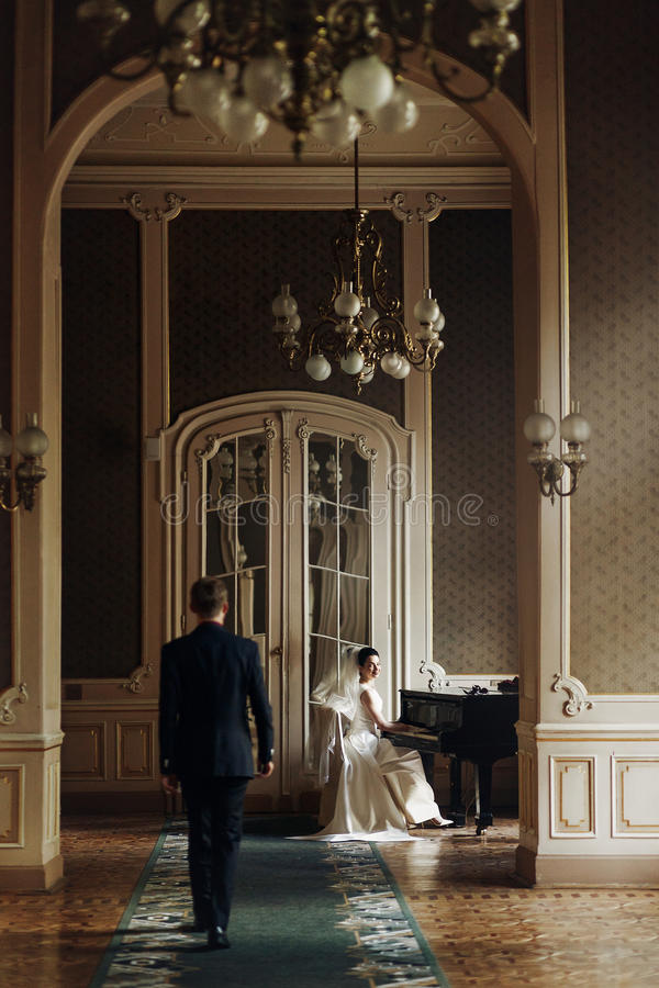 Marié beau élégant élégant étreignant sa jeune mariée magnifique tandis que photos libres de droits
