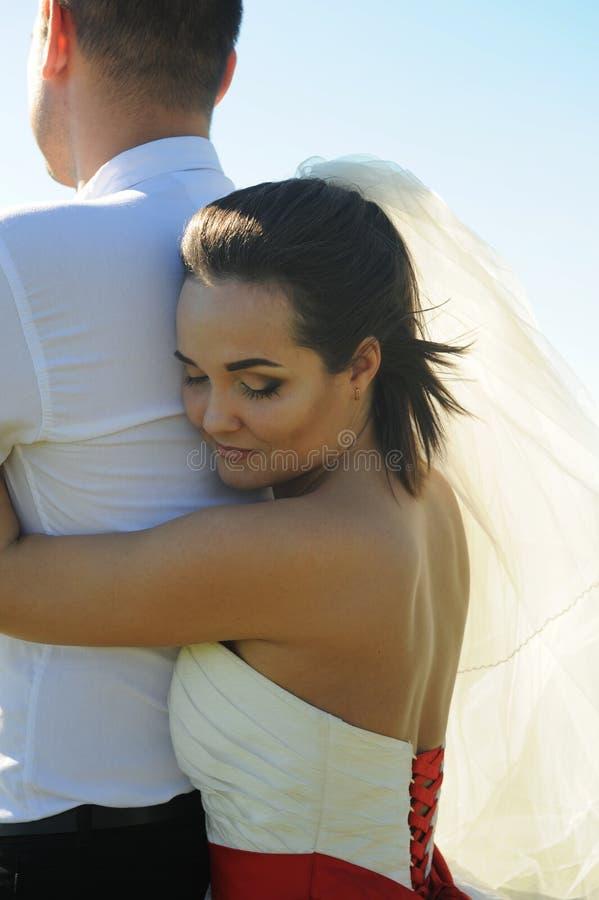 Marié d'étreinte de jeune mariée image libre de droits
