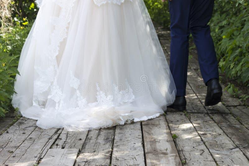 Marié dans le costume et jeune mariée dans la robe de mariage photos libres de droits