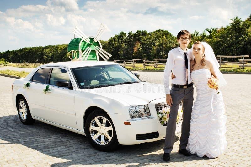 marié de véhicule de mariée près image stock