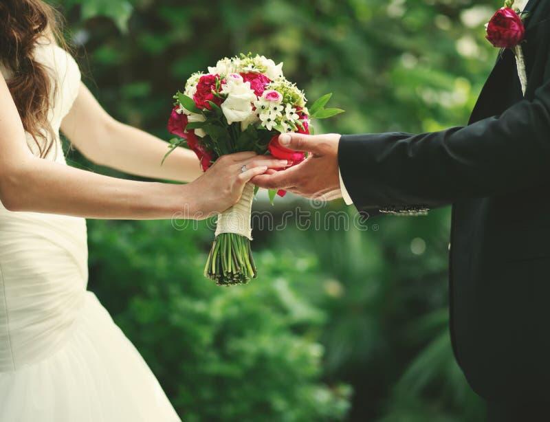 Marié et jeune mariée ensemble le jour du mariage photographie stock libre de droits