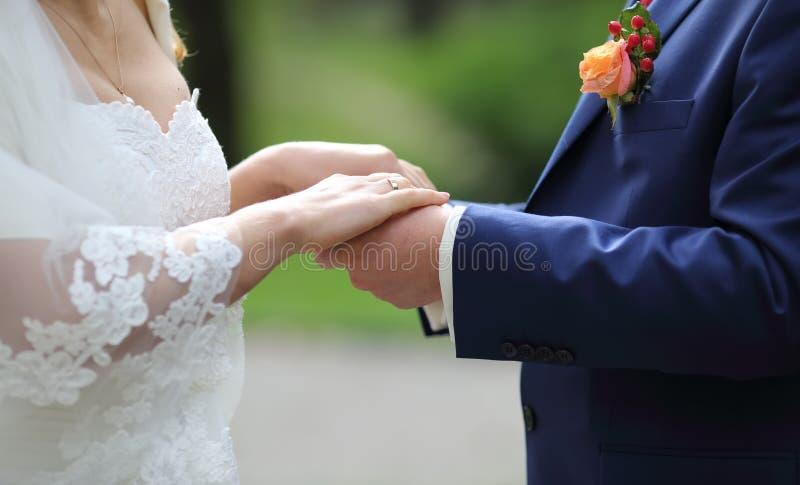 Marié et jeune mariée ensemble le jour du mariage photo libre de droits