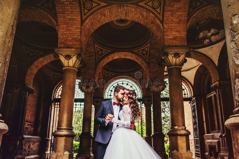 Marié et jeune mariée près des colonnes photo libre de droits