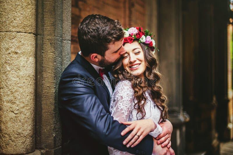 Marié et jeune mariée près des colonnes images libres de droits