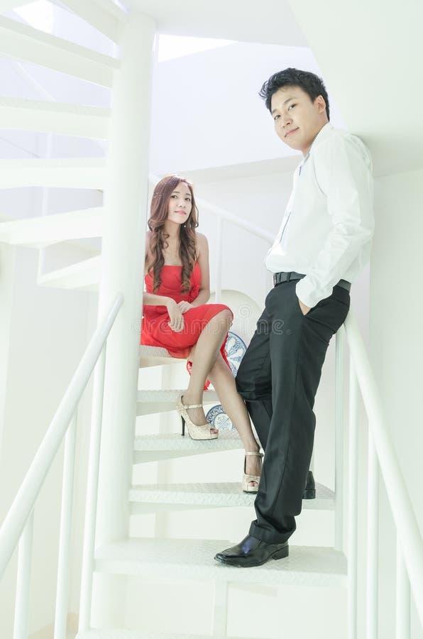 Marié et jeune mariée se tenant sur l'escalier images libres de droits