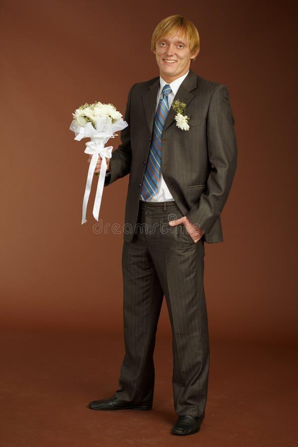 Marié heureux avec le bouquet images stock