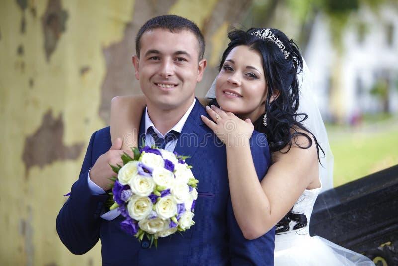 Marié heureux d'étreintes de jeune mariée photographie stock libre de droits