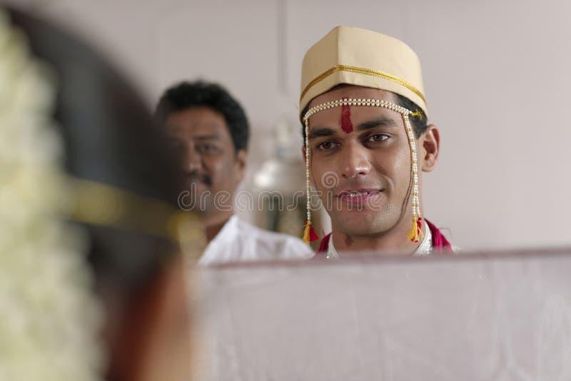 Marié indou indien regardant la jeune mariée dans le mariage de maharashtra photographie stock