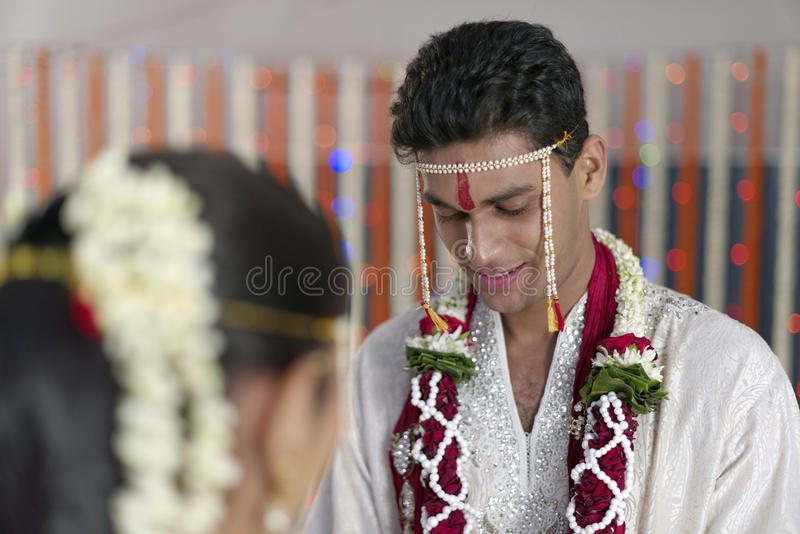 Marié indou indien regardant la jeune mariée dans le mariage de maharashtra image libre de droits