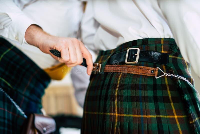 Marié l'épousant écossais dans le kilt photos stock