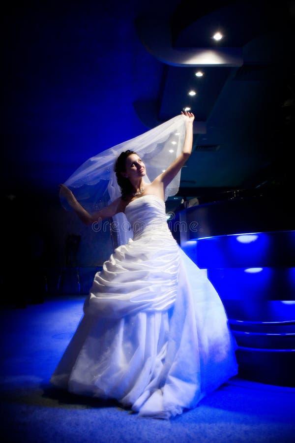 Mariée à la lumière de nuit images stock