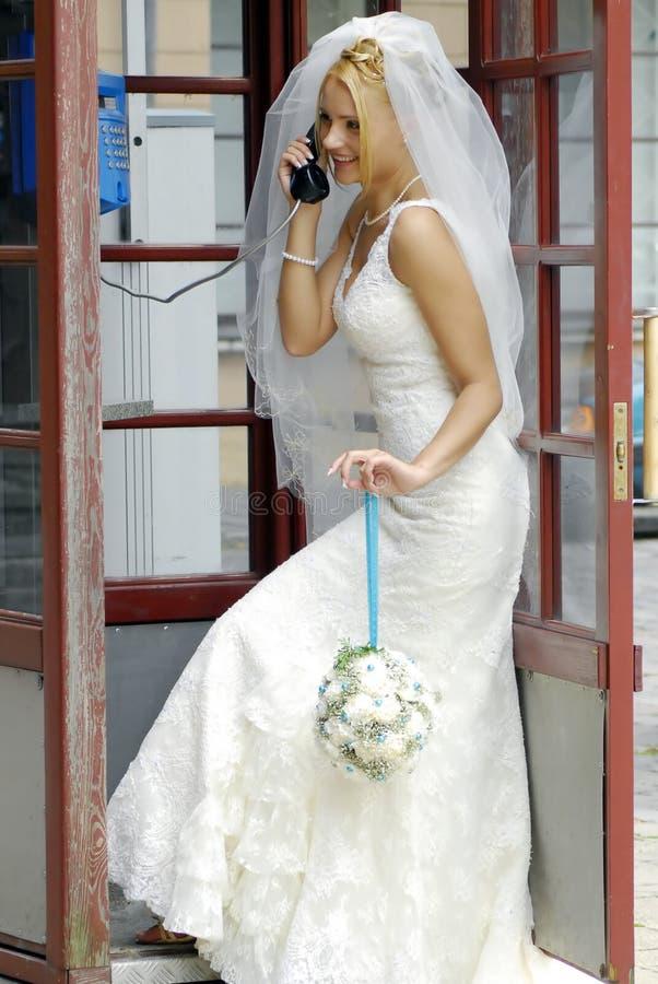 Mariée appelant par le téléphone photographie stock libre de droits