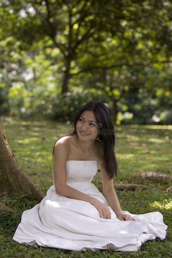 Mariée asiatique à l'extérieur 3 image stock