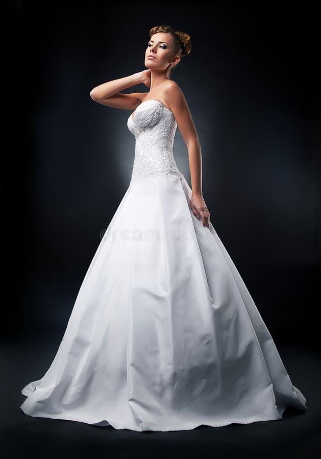 Mariée attirante de modèle de mode restant dans le mariage photographie stock