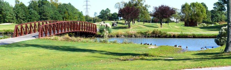 Mariée au-dessus de lac de terrain de golf photographie stock