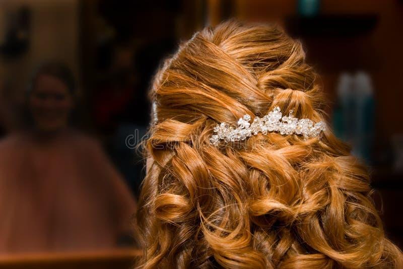 Mariée au salon de cheveu photographie stock