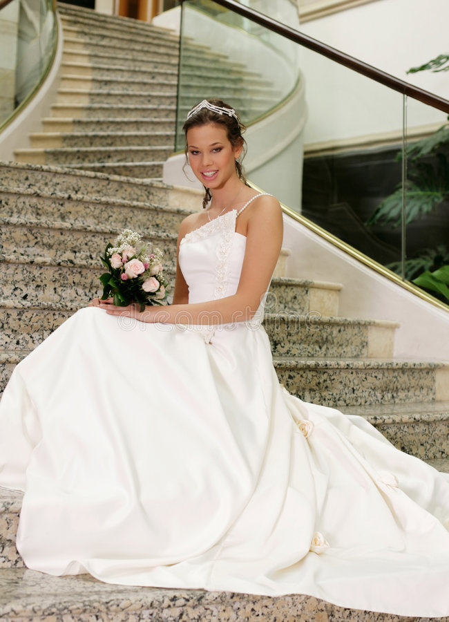 Mariée aux escaliers image stock