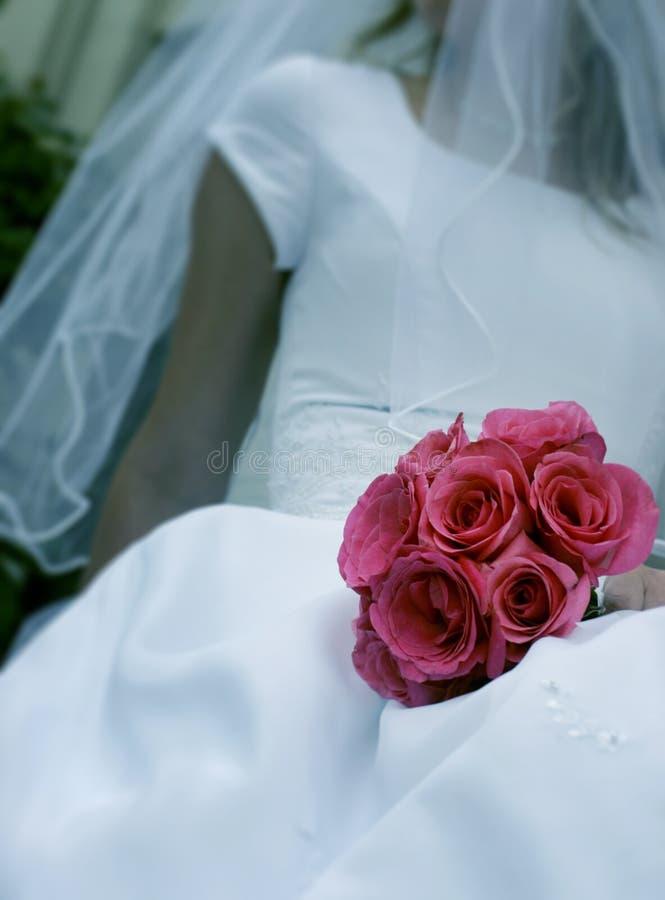 Mariée avec des fleurs image stock