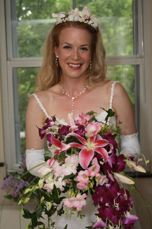 Mariée avec des fleurs images libres de droits