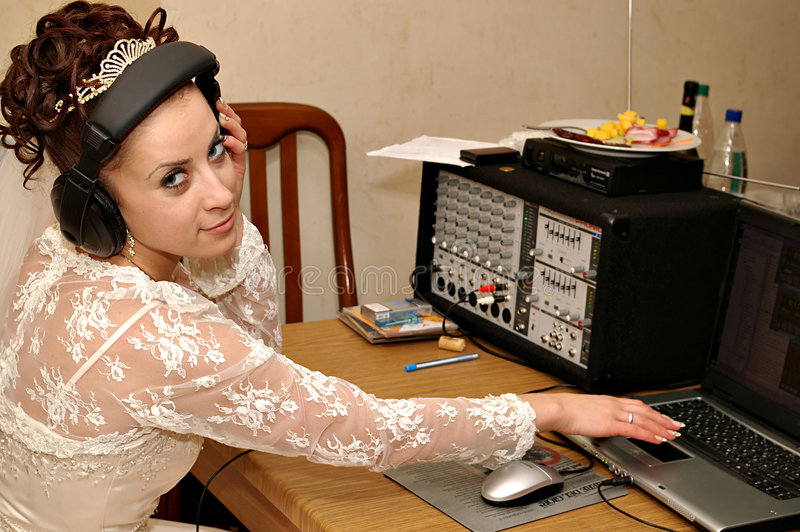 Mariée avec la console de mélangeur photographie stock