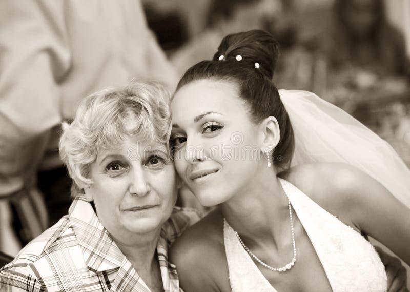 Mariée avec la grand-mère photographie stock
