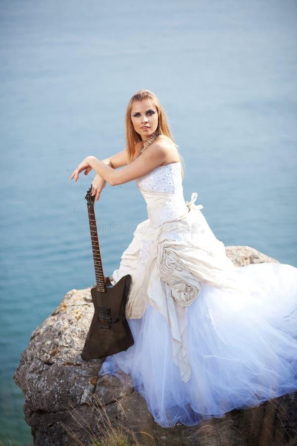 Mariée avec la guitare photo libre de droits