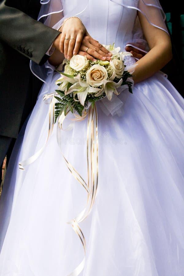 Mariée avec le bouquet image stock