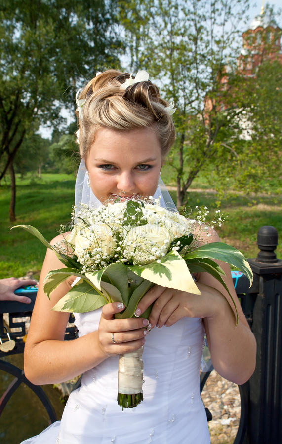 Mariée avec le bouquet nuptiale photo stock
