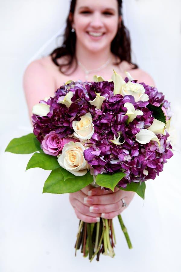 Mariée avec le bouquet pourpré et blanc photo stock